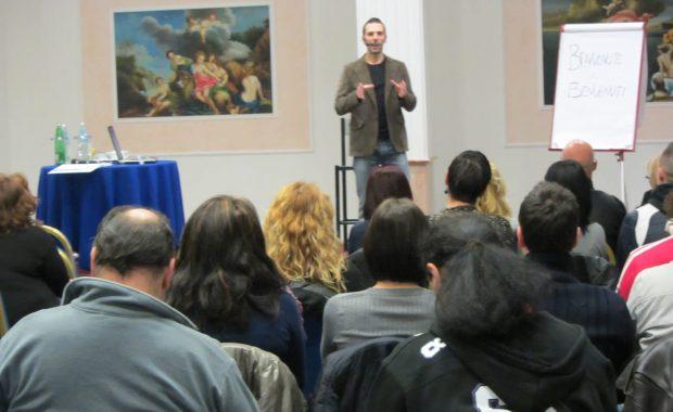 Alessandro Saramin che insegna PNL pratica ad un gruppo di persone